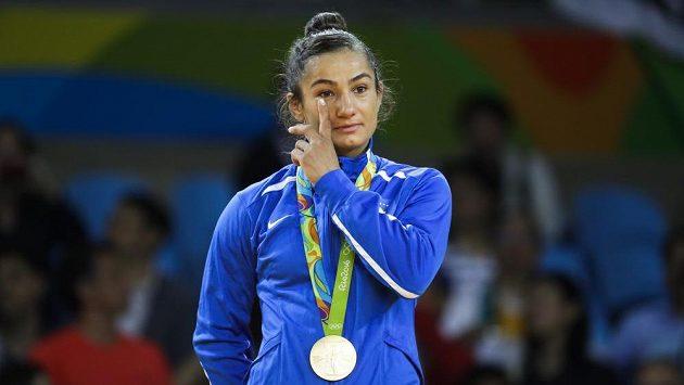 Dojatá kosovská judistka Majlinda Kelmendiová.