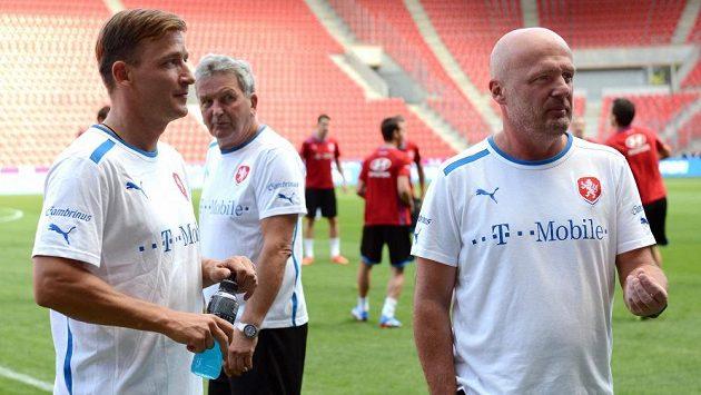 Trenér české reprezentace Michal Bílek (vpravo) a manažer Vladimír Šmicer během předzápasového tréninku před utkáním kvalifikace MS s Armenií.