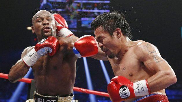 Americký boxer Floyd Mayweather (vlevo) a Filipínec Manny Pacquiao, jehož nyní čeká až roční pauza.
