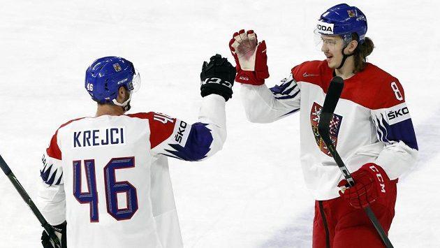 Autor gólu Libor Šulák (vpravo) a David Krejčí při utkání s Bělorusy.