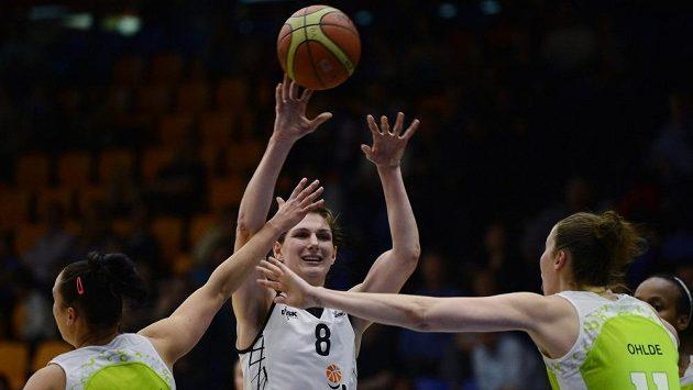 Ilona Burgrová z USK Praha (uprostřed)