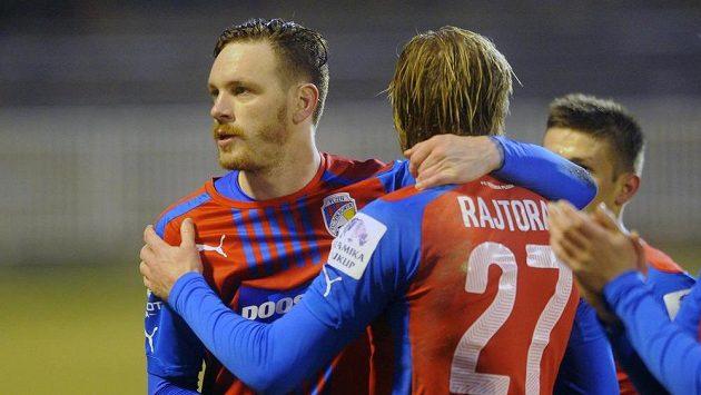 Ondřej Vaněk (vlevo) a František Rajtoral se radují z vítězství nad Hradcem Králové.