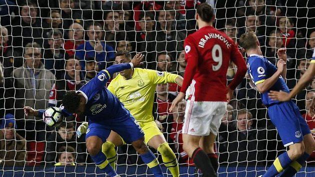 Inkrimovaný moment z utkání Manchester United - Everton. Ashley Williams zahrál ve vápně po střele Shawa (mimo snímek) rukou.