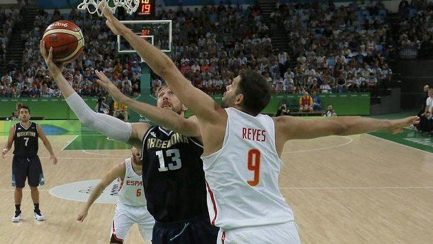 Španěl Felipe Reyes se snaží zablokovat Argentince Andrese Nocioniho.