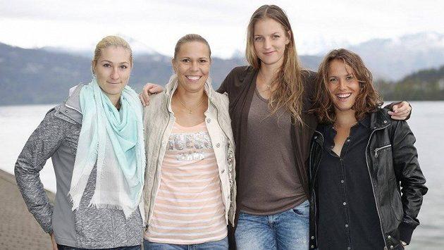 Tenistky zleva Denisa Allertová, Lucie Hradecká, Karolína Plíšková a Barbora Strýcová si do Lucernu přijely pro postup.