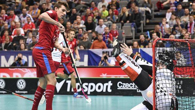 Marek Beneš a dánský brankář Mike Trolle ve čtvrtfinále MS.