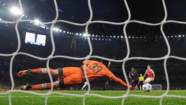 Brankář Arsenalu Petr Čech se natahuje po střele jednoho z borců Bayernu Mnichov.