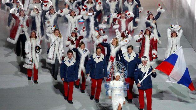 Nástup ruských sportovců při zahajovacím ceremoniálu ZOH 2014 v Soči, s ruskou vlajkou Alexandr Zubkov. Takový pohled v Pchjongčchangu neuvidíme.
