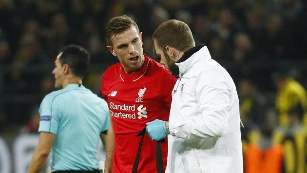 Jordan Henderson z Liverpoolu hovoří s týmovým doktorem.