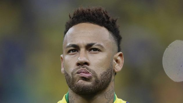 Brazilec Neymar je jedním z hráčů, kteří představili nové dresy PSG. Znamená to, že ve Francii zůstává?