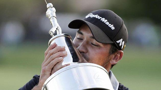 Australský golfista Jason Day s trofejí pro vítěze Palmerova turnaje.