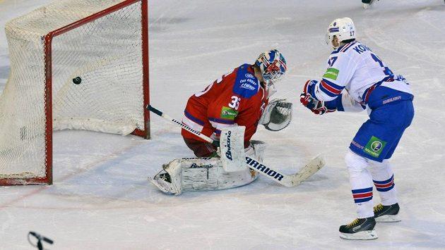 Ilja Kovalčuk z Petrohradu (vpravo) dává rozhjodující gól ze samostatných nájezdů brankáři Lva Praha Petrimu Vehanenovi.