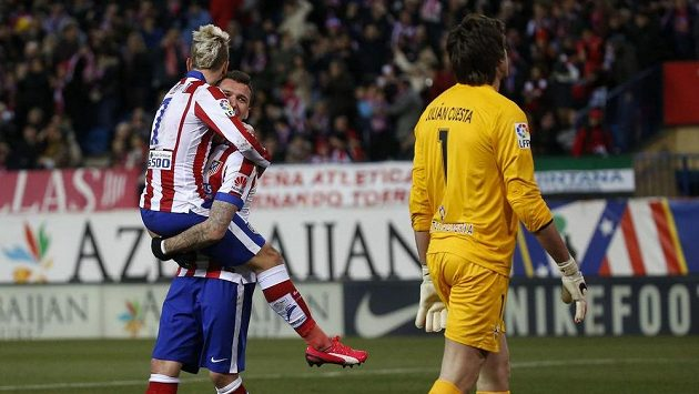 Fotbalisté Atlétika Madrid Antoine Griezmann a Mario Mandžukič se radují z gólu, který vstřelili gólmanovi Almeríe Julianovi Cuestovi.
