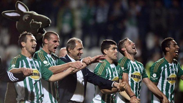 Hráči Bohemians Praha 1905 a trenér Roman Pivarník oslavují vítězství po utkání 8. kola Synot ligy proti Slavii.