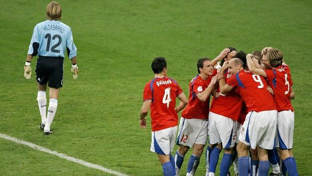 Fotbalisté České republiky oslavují branku v utkání proti Němcům z října 2007. Výběr tehdejšího trenéra Karla Brücknera vyhrál brankami Sionka, Matějovského a Plašila 3:0.