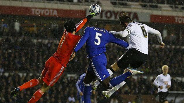 Brankář Petr Čech vyboxovává míč před spoluhráčem Kurtem Zoumou (uprostřed) a Richardem Keoghem z Derby County. Zouma po srážce s gólmanem střídal.