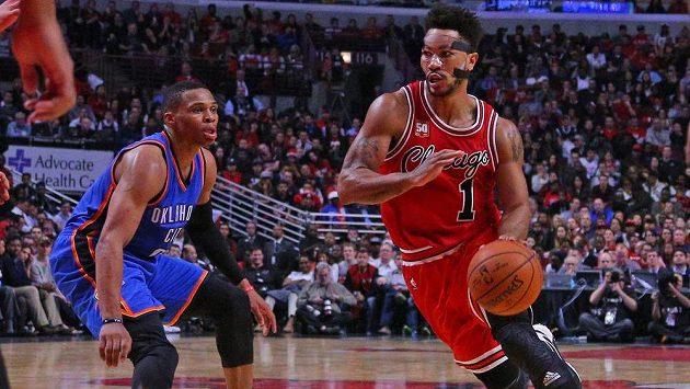 Basketbalista Chicaga Bulls guard Derrick Rose (1) dribluje kolem Russella Westbrooka (0) z Oklahomy v utkání NBA.