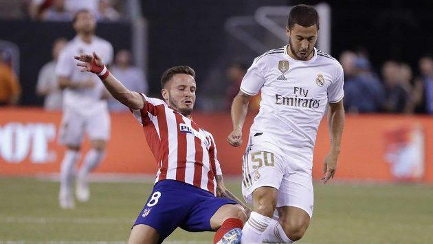 Eden Hazard (50) v souboji o míč během utkání Realu Madrid s Atléticem Madrid