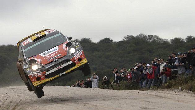Český závodník Martin Prokop se svým vozem v Argentinské rallye.