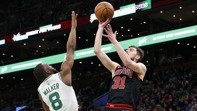 Rozehrávač Chicaga Bulls Tomáš Satoranský při střelbě.