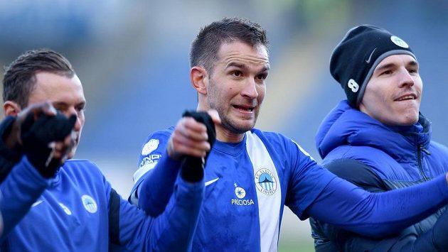 Liberecký útočník Marek Bakoš (uprostřed) se raduje se spoluhráči z výhry nad Brnem.
