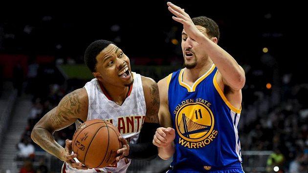 Basketbalisty Atlanty Hawks Kent Bazemore (24) se snaží přejít přes Klaye Thompsona (11) z Golden State.