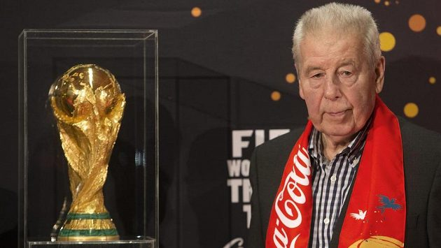 Legendární český fotbalista Josef Masopust s trofejí FIFA pro mistra světa.