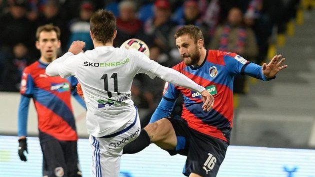 Jan Holenda z Plzně (vpravo) se snaží vybojovat míč v souboji s Ondřejem Kúdelou z Mladé Boleslavi.