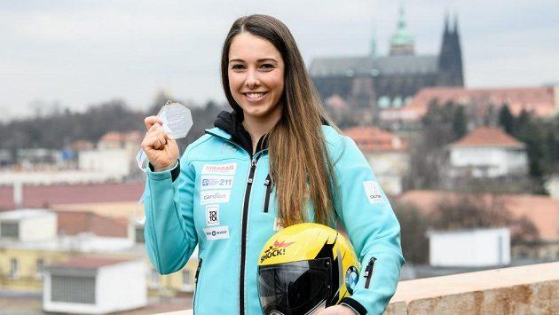 Skeletonistka Anna Fernstädtová se zlatou medailí z juniorského MS