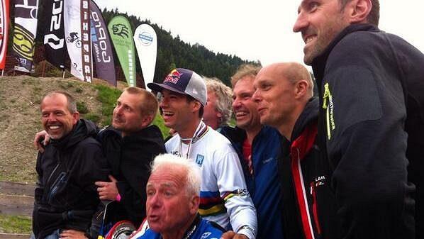 Tomáš Slavík (uprostřed v bílém) oslavuje zisk titulu mistra světa ve fourcrossu.