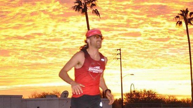 Zach Bitter se proběhl, 100 mil dal pod 12 hodin.