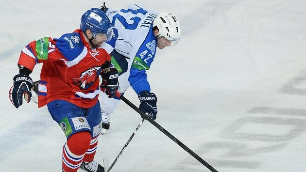 Jakub Klepiš (vlevo) z týmu Lev Praha v souboji s Petrem Koukalem z Nižněkamsku.