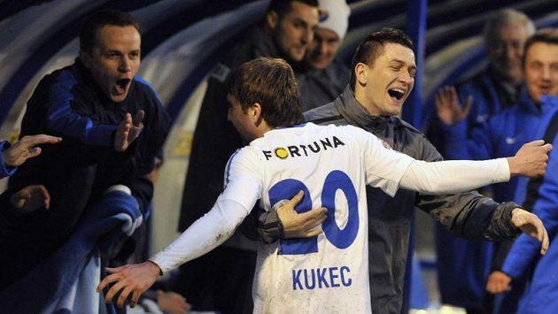 Davor Kukec z Baníku se na střídačce raduje z gólu.
