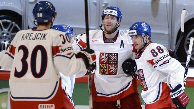 Jiří Novotný (uprostřed) přijímá od spoluhráčů gratulace ke druhému gólu proti Italům.