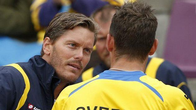 Švédský tenis prožívá těžké časy. Daviscupový kapitán Thomas Enquist promlouvá do duše Michaelu Ryderstedtovi během barážového utkání s Belgií.