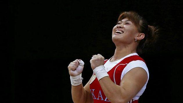 Maiya Manezaová z Kazachstánu se raduje z vítězství na olympijských hrách v Londýně.