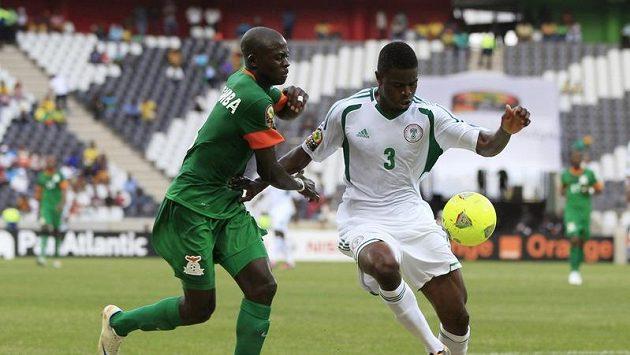 Elderson Echiejile z Nigérie (vpavo) si vede míč před Chisambou Lunguem ze Zambie.