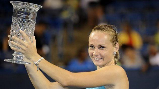 Slovenská tenistka Magdaléna Rybáriková s trofejí pro vítězku turnaje ve Washingtonu.