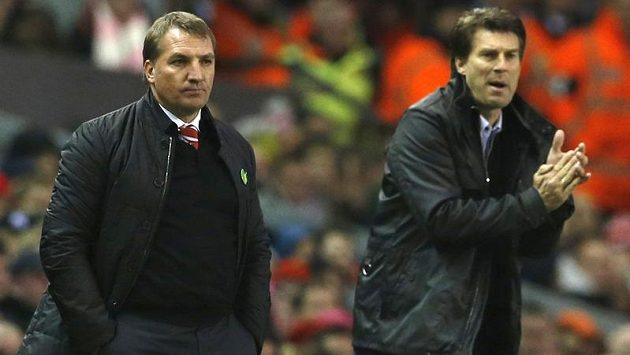 Zamyšlený kouč Liverpoolu Brendan Rodgers (vlevo) vedle nadšeného trenéra Swansea Michaela Laudrupa.