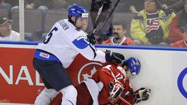 Petr Holík bojuje s Rasmusem Ristolainenem během utkání s Finskem.