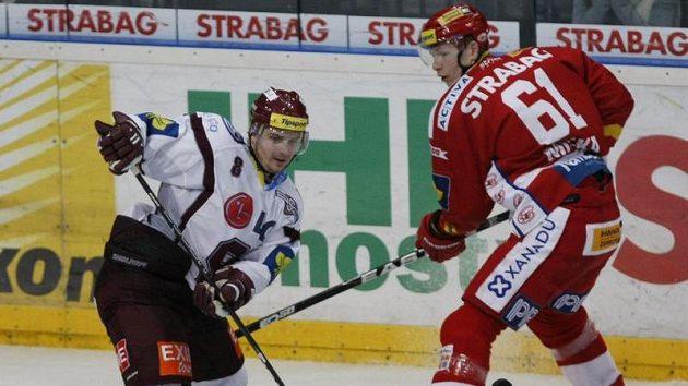 Sparťan Michal Sersen (vlevo) startuje kolem slávisty Tomáše Micky.