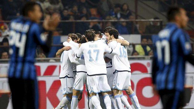 Fotbalisté Lazia Řím se radují z branky, kterou vstřelili do sítě lídra tabulky Interu Milán.