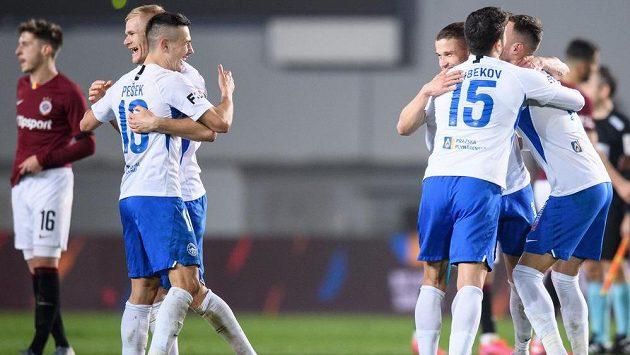 Fotbalisté Slovanu Liberec (zleva): Jan Mikula, Jakub Pešek, Tomáš Malinský, Achmed Alibekov a Matěj Hybš oslavují vítězství na půdě Sparty.