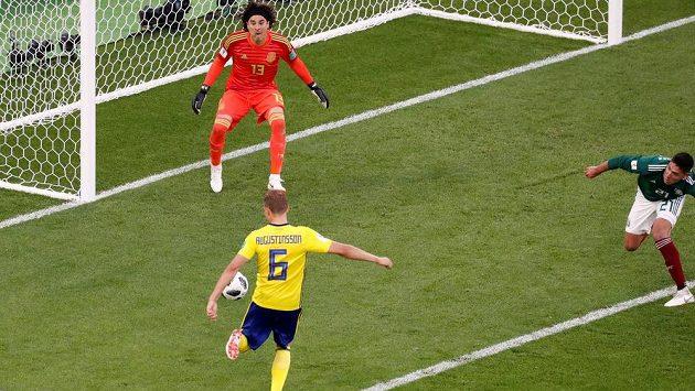 Švédský fotbalista Ludwig Augustinsson střílí gól do sítě Mexika v utkání mistrovství světa.