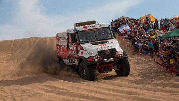 Aleš Loprais na trati Rallye Dakar. Písek v Peru hodně závodníků nepříjemně překvapil.