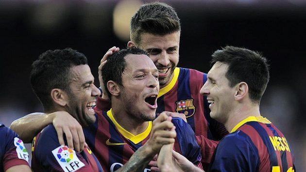 Fotbalista Barcelony Daniel Alves (první zleva) se raduje se spoluhráči ze vstřelení gólu do sítě Levante. Na snímku zprava Lionel Messi, Gerard Piqué a Adriano (druhý zleva).