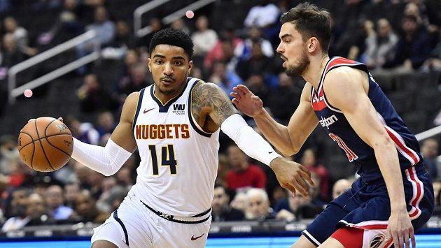 Basketbalista Denveru Nuggets Gary Harris (14) dribluje podél Tomáše Satoranského z Washingtonu.