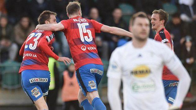 Plzeňský fotbalista Marek Bakoš (vlevo) se raduje ze vstřelené branky se svými spoluhráčem Michaelem Krmenčíkem a Janem Kopicem. Vpředu smutný brankář Bohemians Tomáš Fryšták.