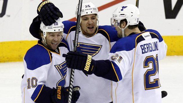 Chris Stewart (uprostřed) a jeho spoluhráči ze St. Louis se radují z vítězství.