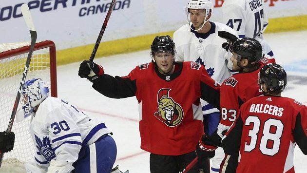 Český útočník Flip Chlapík v dresu Ottawy oslavuje svůj gól v přípravném utkání proti Torontu.